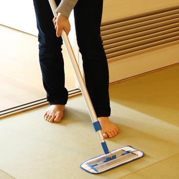 お掃除できるのはフローリングだけ?そんな事はありません。畳のお掃除だってお任せください。マイクロファイバーと水の力で、お掃除しずらい畳の汚れも落としてくれます。