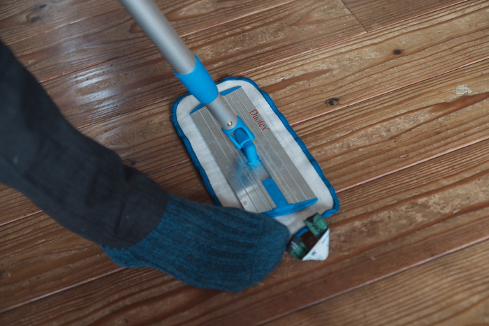 外すときはモップの端を足で踏んで、本体を引き上げます。マジックテープがビリリと剥がれて、簡単に取り外すことが可能です。