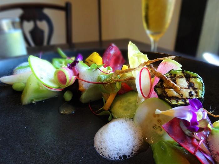 ランチはセットメニュー1つだけ。人気の「鎌倉・湘南野菜サラダ」は、地元・鎌倉の採れたて野菜がたっぷり使われています。どれも彩りが鮮やかで目にも楽しめます。お野菜は、グリル、ソテー、素揚げなどいろいろな調理法で、とても手が込んでいます。