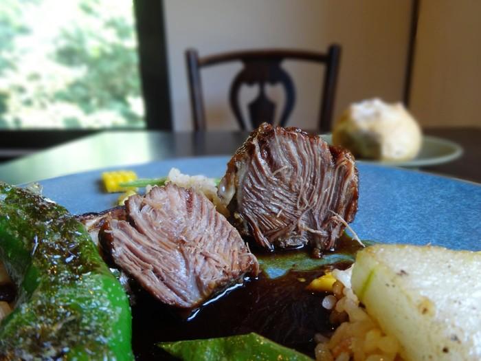 これをお目当てに訪れる方も多いという、メインの「国産牛頬肉のビロード煮」。一口頬張ると、柔らかさだけでなくお肉の旨み豊かな味わいが広がります。本店のおいしさを、カジュアルに楽しんでもらいたいというオーナーの想いが伝わるお料理の数々…味はもちろん、芸術的な盛り付けの美しさも堪能しましょう。