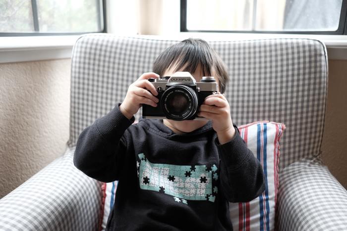 例えば親が使っていた愛用カメラを、ゆくゆくは子どもが受け継いで、一緒に写真を楽しめたら素敵ですよね。今は簡単でキレイに撮れるカメラもたくさんありますが、1つ1つ機能を覚えながら撮るのもとても楽しい時間です。 子どもには難しいと思うかもしれませんが、子どもの方が色々と考えずにボタンを押して撮るので、びっくりするほどキレイな夕焼けが撮れるかもしれません。