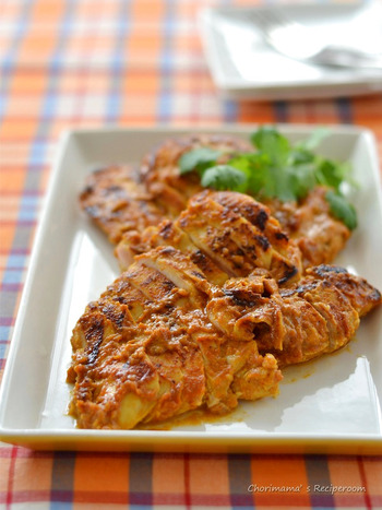 特性の漬けダレに漬け込んだ鶏むね肉をフライパンで焼くだけ! フライパンの焼き方のポイントを押さえれば、鶏むね肉でもしっとりジューシー。 カレーの優しい風味が美味しいタンドリーチキンは、ごはんと合わせても、ナンに合わせてもとっても美味しい一品です。