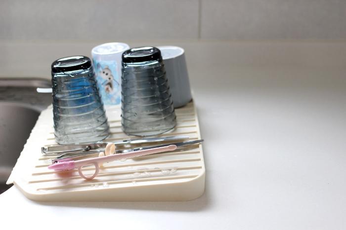 こちらはシリコン製の水切りトレー。ゆるやかな傾斜がついているので、食器の水滴が自然にシンクへ落ちるようになっています。食洗機に入れない物だけを手洗いしてトレーの上へ。シリコンが滑り止めになり、割れ物もしっかり安定します。