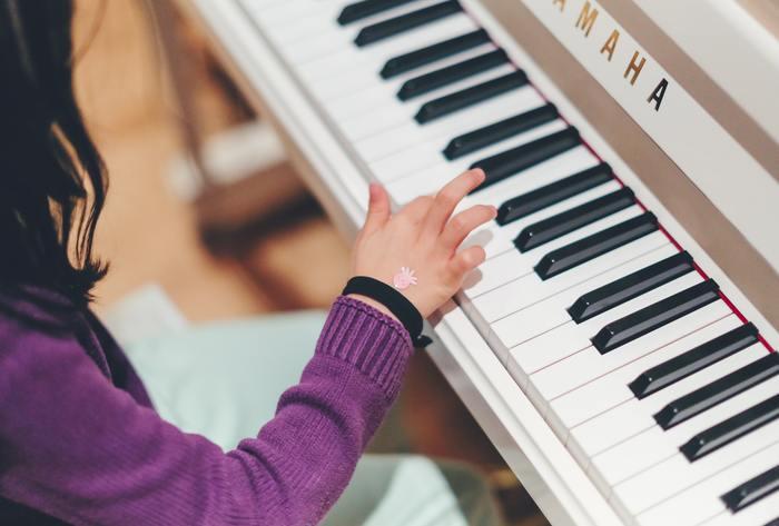 女の子を持つ方でしたら、ピアノ教室に通わせている方も多いのでは? ぜひ、お母さんお父さんも何か楽器を覚えて、家族でのセッションを目指してみませんか。「今月はこの曲演奏しようね」とお互いで決めれば、一層練習に弾みがつきそう♪