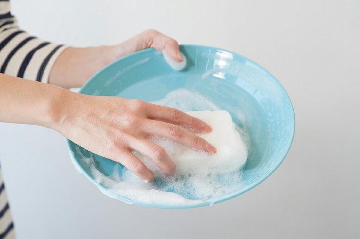 「食事の片付け・皿洗い」も2.5METsですので、30分おこなえばビスケット一枚、磯辺せんべい一枚分(38㎉)消費できる計算になります。面倒に感じる食事の後片付けも、カロリー消費につながると思えば、自然とやる気がでてきますね。