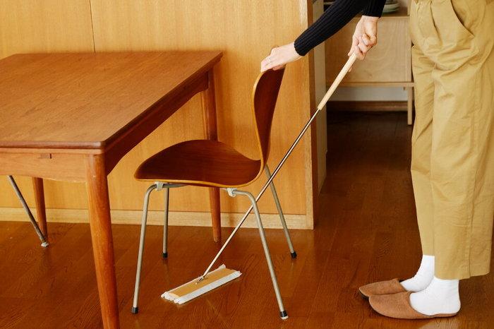 お部屋の「カーペットやフロアの掃き掃除」は、運動の単位で表すと3.3METsです。30分おこなった場合に消費されるカロリーは63㎉ですので、先ほどの「お洗濯+アイロンがけ」と同じくらいのカロリー消費量になりますよ◎。