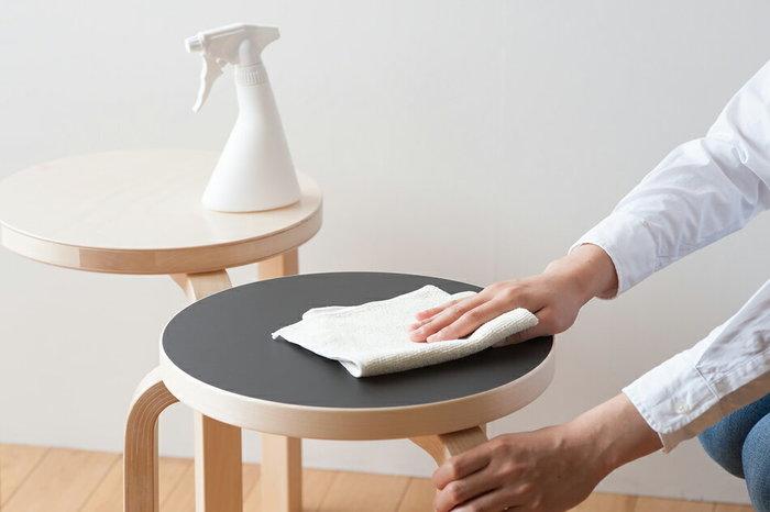 お掃除をしながらカロリーを消費できて、家具も綺麗になるので一石二鳥ですね◎。ほこり払い専用のダスターや、洗剤を使わずに拭き掃除できるクロスなど。便利なお掃除グッズがあると、さらに作業がはかどりそうです。