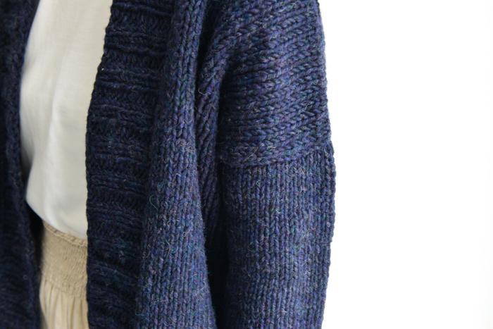 毛糸は、コシのある英国羊毛をベースに、ふっくら弾力のあるウールロービングを使用。糸の中に様々な色が混ざり合い、1色なのに表情の豊かな仕上がりになります。