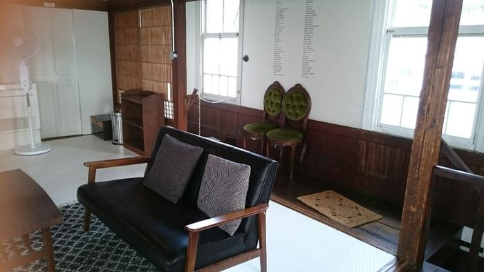 2階は、和室を改装したくつろげる空間にレトロな家具が素敵です。壁の塗装や床のタイル貼りなど、一部自分たちでリノベーションしたそう。