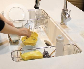 でも実際は、水切りカゴがスペースを占めていたり、湿ったスポンジが置きっ放しになっていたりしていませんか?また、物が多いと掃除も面倒になるので、シンクを清潔に保つことがどんどん難しくなってしまいます。