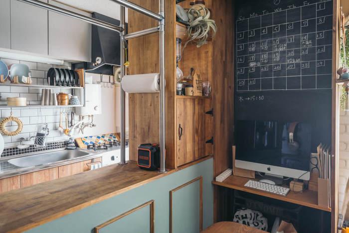 キッチンカウンターは天井まで目一杯に組まれた左右向きの異なる棚がお出迎え。先程のお家と同じようにパイプを組んで地震対策と吊るす収納を叶えていらっしゃいます。 では、そのズバ抜けたアイデアを見てみましょう。
