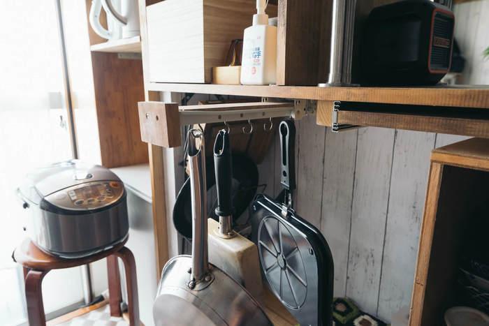 キッチンカウンター下に手作りされたスライドレール。引き出せば調理器具がずらり。取っ手を引っ掛けてあるだけなのでさっと取り出せ、収納もコンパクト。
