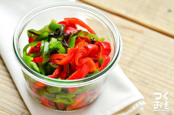 塩こんぶ和えは、塩こんぶを加えるだけで、簡単に完成するのが魅力。味つけに失敗しにくいので、お料理初心者にもオススメの一品です。 赤と緑のピーマンを使って、彩りも豊かに。冷蔵保存で4日ほど日持ちするので、余ってしまったピーマンを使い切りたいときにも便利なレシピです。