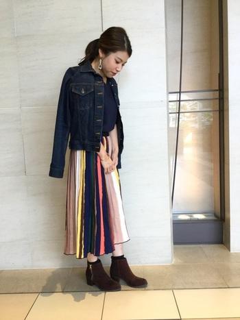 プリーツスカートもこんなカラフルなデザインも個性的で素敵ですね。秋冬はベーシックなダークトーン調のアイテムが多くなりがちなので、カラフルなアイテムを取り入れるとぱっと気分まで明るくなりそう!