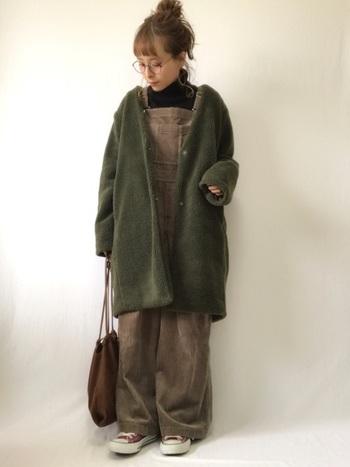もこもこジャケットはコーデの主役級アイテム。可愛らしい印象ですが、色によっては子供っぽく見えてしまいがち。落ち着いた深いカーキ色を選べば、大人の女性らしいコーデにも着まわしが効いておすすめです。