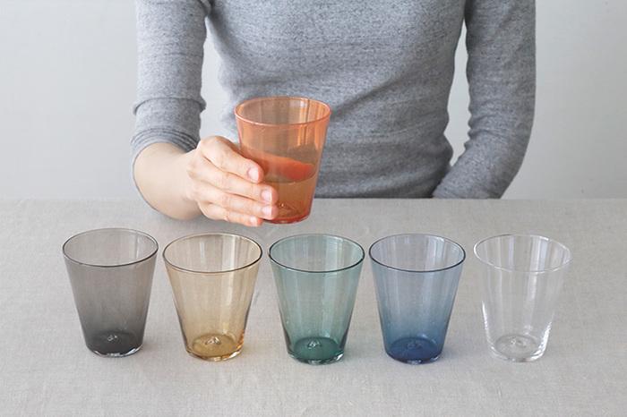 ニュアンスのある色合いが素敵なガラスのコップ。吹きガラスで作られていて、程よい厚みが心地よいデザイン。