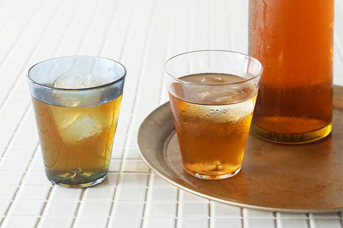 冷たいお茶を注げば涼やかな表情。ちょっと入った色味を楽しむのも良いですね。色を統一してもバラバラで揃えても、どちらもお好みで。