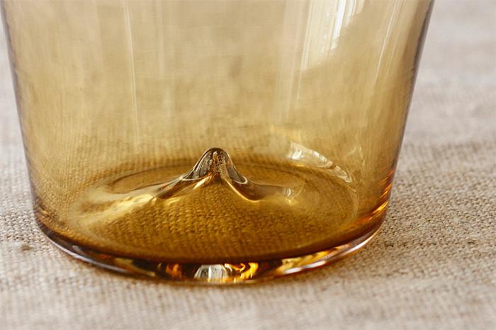 底面の中央には突起があり、グラスの水滴がテーブルに着くのを抑えてくれます。一点一点手作りだから、個性が現れるのもまた味わいに。
