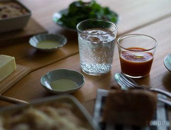お茶のほか、お酒を入れてもすんなり馴染む。小さなサイズはソースを入れて使うのもありです!