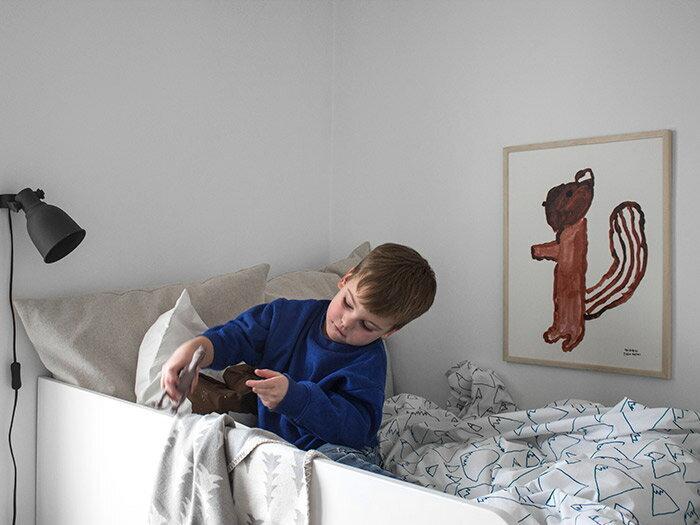 ちょっぴりユニークなデザインやキュートなイラストのポスターなら、子ども部屋に飾るのもおすすめです。殺風景だったりカラフルになりやすい子ども部屋を、海外の子ども部屋のような雰囲気へとランクアップできます。