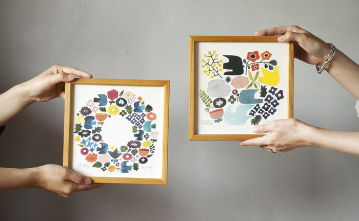 陶芸作家である「伊藤利江」さんが描いた水彩画を、正方形のポスターにしたアイテムです。小ぶりなサイズ感で、場所を選ばずに飾れるのがポイントですね。色彩豊かでカラフルなイラストは、見ているだけで気持ちが温かくなるような気がしますね。