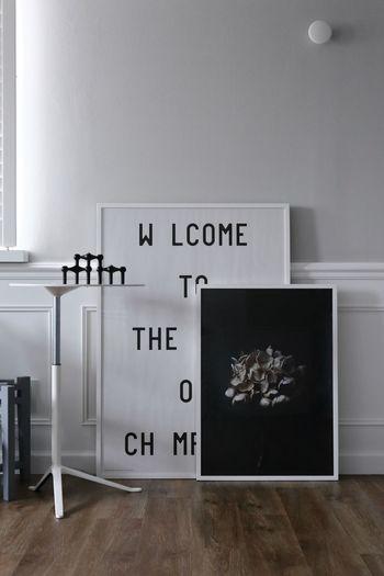 ポスターをフレームに入れて、床に直置きするのもアリです。なんだか寂しさを感じるようなスペースがあれば、大きめのポスターと小さめのポスターを重ねて、壁に立てかけてみてください。グッと雰囲気の出るインテリアが楽しめますよ。