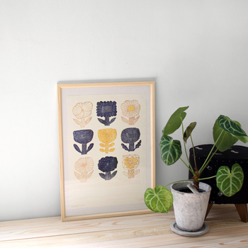 陶芸作家である鹿児島睦さんの器から、図案を取り出してポスターにした一枚。レトロ感や繊細さを持ち合わせたお花のデザインは、鹿児島さんのファンだけでなく、多くの日本人の心に響くはずです。