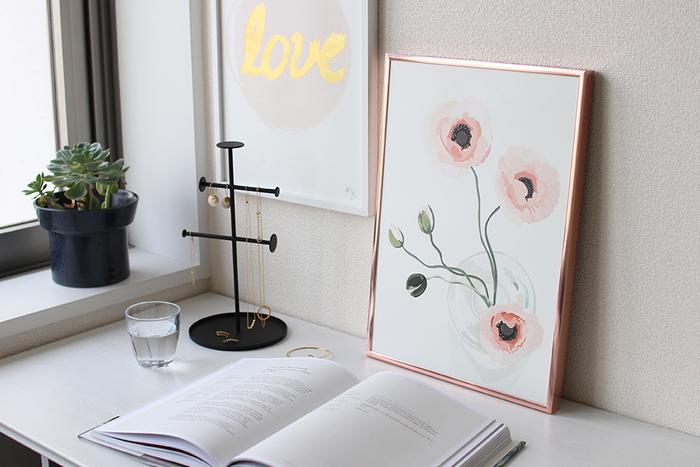 「Kortkartellet(コートカルテレット)」は、地図や文字をモチーフとしたポスターを制作し、デンマークで人気を高めているブランドです。こちらはボタニカルデザインのポスターで、ポピーの花をパステルカラーで柔らかく描いています。シンプルやシックな空間はもちろんですが、キュートやエレガントなテイストのインテリアに合わせたいポスターですね。