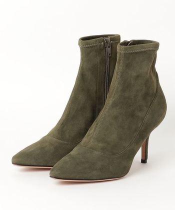 柔らかい革や化繊など、足にフィットするように伸縮する素材を使ったブーツのことです。伸縮するので足が痛くなりにくく、また足の形に沿うシルエットなので、華奢に見えるのが魅力です。
