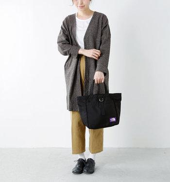 程よい光沢感のあるナイロン素材のトートバッグは、黒を選べば安っぽく見えにくくなります。ベージュのパンツにグレーのロングカーディガンを合わせた秋色コーデには、黒のトートバッグを差し色にして安定感をプラス。