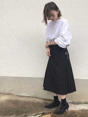 モノトーンでまとめたコーディネート。プリーツスカートとストレッチブーツは相性が良い組み合わせです。