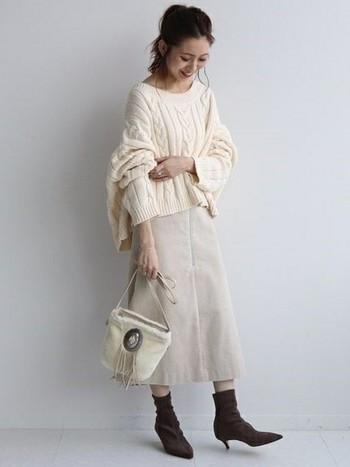 ホワイト系のワントーンコーデに、ブラウンのストレッチブーツをプラス。ゆったりニットと合わせて、柔らかい印象のコーディネートになります。