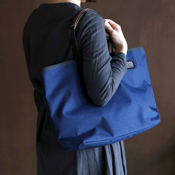 500デニールの薄手ナイロン生地を採用したこちらのバッグは、シンプルなトートバッグとして扱いやすいアイテムです。A4の書類なども横向きにすればすっぽりと収まってくれるので、仕事や学校用のバッグとして使うのもおすすめ♪