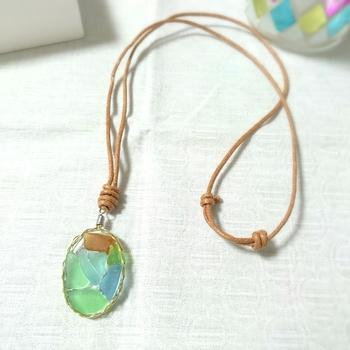 小さなシーグラスをワイヤーで作った三つ編みの中に、小さなシーグラスがひしめき合って、まるでパズルみたい…。 青、水色、緑、茶…淡いカラーのシーグラスは、様々な色合いが集まっても、派手にならず、優しい雰囲気を放ちます。 シーグラスのネックレスで、シンプルな装いにさりげなくアクセントをプラスしてみませんか!