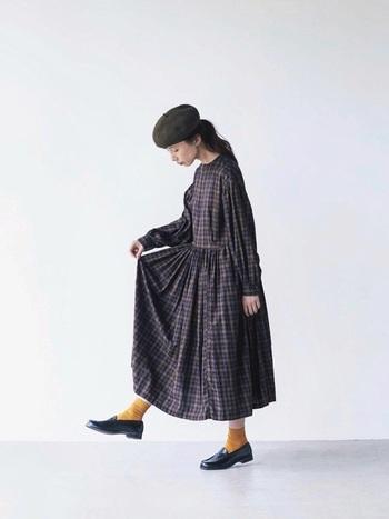 ギャザーがたっぷりと入ったキュートな印象のワンピースにはきちんと感のあるシンプルローファーを合わせて。秋色の靴下がうまく差し色になっています。