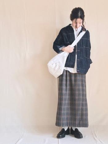 秋のスカートスタイルは、落ち着きのあるハンサムなコーデが人気。Gジャンにチェックのロングスカートを合わせて、上品なカジュアル感が生まれました。