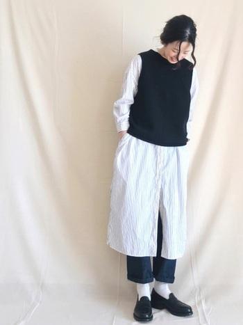 シャツワンピにデニムを合わせた重ね着の面白さを味わえるコーデです。長めの白靴下で足元をつないでいるので、服を重ねていく素敵さが楽しめますね。