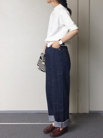 パンツスタイルにローファーを合わせるのは定番中の定番。ほんの少し、足首を見せるとマニッシュな中にも女性らしさを感じさせることができますね。