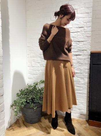 秋冬らしいカラーのトップスとスカート。ぼやけてしまいがちなブラウン系のコーデは、黒のストレッチブーツが足元をキュッと引き締めてくれます。