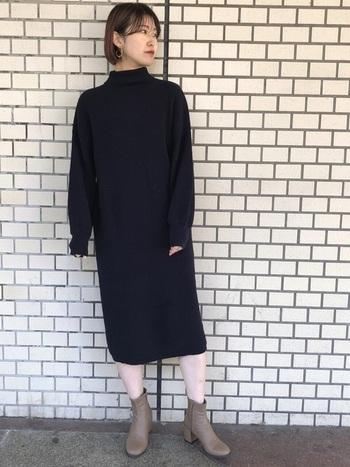 黒のシンプルなワンピースに、ベージュのストレッチブーツを合わせて。大人っぽいコーディネートの完成です。