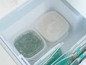 何かと便利なネギ類は、あらかじめ大量にカットしてしまいタッパなどに入れて常時冷凍しておくと重宝します。