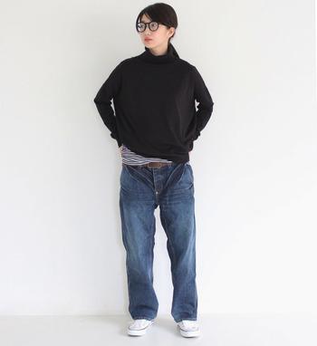 黒のタートルネックトップスに、メンズライクなデニムパンツを合わせたシンプルなコーディネートです。トップスの裾からインナーのボーダーをちらりと見せて、シンプルになり過ぎないようワンアクセントをプラスしています。