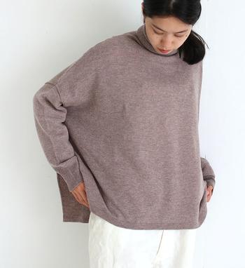 ウールとカシミヤをミックスした素材で、薄いのに温かいを実現したタートルニットです。オーバーサイズでゆったり着られるので、防寒対策としてプラスするのも良さそうですね。もちろんルーズにタックインしてタイトなパンツと合わせても素敵ですよ。