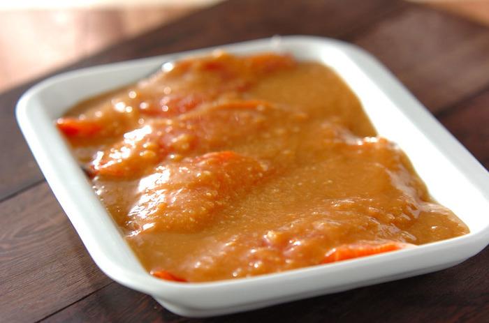 塩鮭をそのまま冷凍しておく方法も良いのですが、味噌ベースのツケだれにつけて冷凍しておけば、そのまま焼いたりホイル焼きにしたりアレンジが広がる便利な一品になりますよ。お弁当にもオススメです。