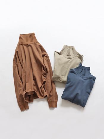 スウェット素材のタートルネックトップスは、無地で着こなしやすいアイテム。ゆったりとしたシルエットなので、タックインスタイルに合わせやすいのが特徴です。秋らしいアースカラーも、これからの季節にぴったりですね。