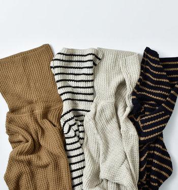 ワッフル編みのタートルネックなら、軽やかな雰囲気でカジュアルに着こなすことができます。ボーダーデザインなら一枚で着てもこなれ感を演出できるので、ワイドパンツやスカートにタックインしても◎