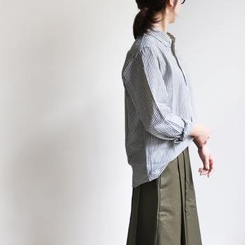 少しずつ寒い日が増えてくると、ファッションでの温度調節が難しくなってくるものですよね。そんなときには長袖シャツをプラスして、肌寒さをおしゃれに回避しちゃいましょう♪  長袖シャツを使った、素敵な秋コーデをご紹介します。