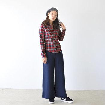 赤ベースのチェック柄シャツは、デニムのワイドパンツと合わせてカジュアルに。ベレー帽を合わせた秋スタイルは、ゆったりし過ぎないシルエットのシャツを選べば、女性らしさもしっかり演出できます。