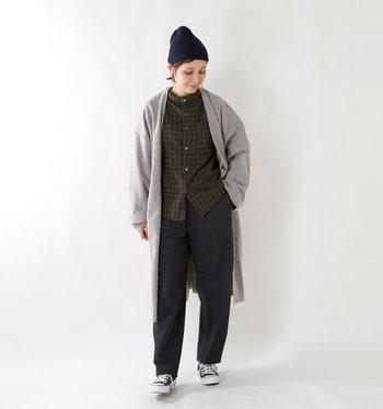 秋冬にピッタリな、ウール素材のハイネックシャツを取り入れた着こなしです。ブラウンのチェック柄シャツは、季節感もたっぷり。ネイビーのパンツと合わせたダークトーンなコーディネートに、グレーのロングカーディガンをシックな差し色になっています。