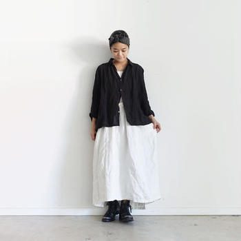 シンプルな黒のリネンシャツは、白ワンピースと合わせた白黒コーデで。靴やヘアバンドなどの小物も黒でまとめているので、ナチュラルなモノトーンコーデに仕上がっています。